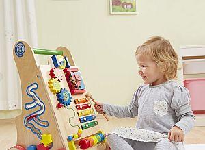 Abbildung: Kind spielt mit dem Howa Lauflernwagen