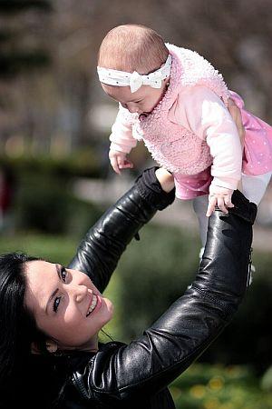 Mutter und Kind im vertrauensvollen Spiel